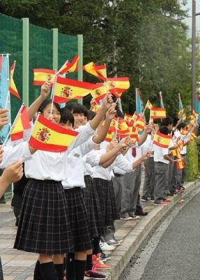 雨の中旗を振る中学生